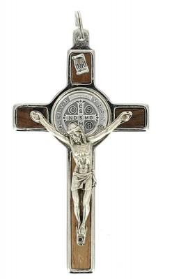 Croix Saint Benoît métal argenté sur bois clair
