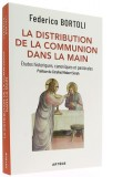 La distribution de la communion dans la main